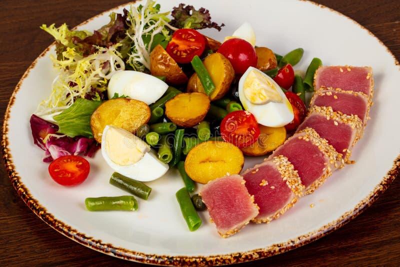 Salade de Nicoise avec le thon photographie stock libre de droits