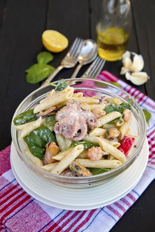 Salade de pâtes avec des fruits et des épinards de mer image stock