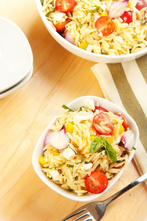 Salade de pâtes d'Orzo photos stock