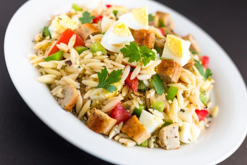 Salade de pâtes d'Orzo - nourriture italienne photographie stock