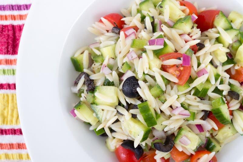 Salade de pâtes grecque méditerranéenne d'orzo images stock