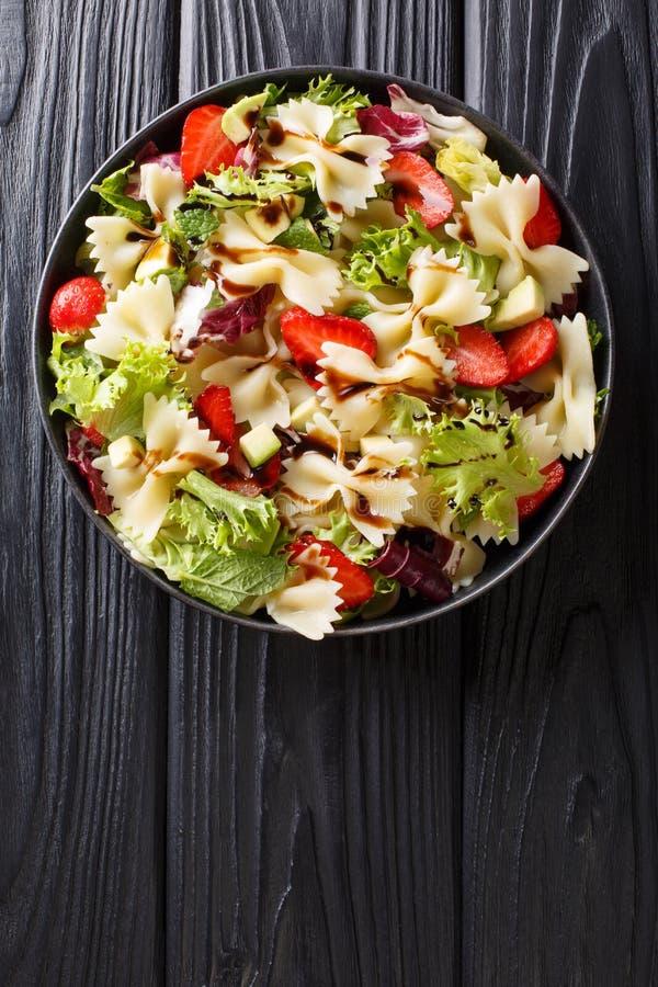 Salade de pâtes italienne délicieuse avec l'avocat, fraises, laitue, préparée avec le plan rapproché balsamique de sauce d'un pla photos libres de droits
