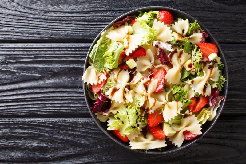 Salade de pâtes italienne délicieuse avec l'avocat, fraises, laitue, préparée avec le plan rapproché balsamique de sauce d'un pla photo stock