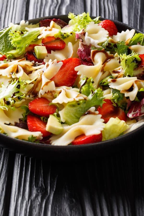 Salade de pâtes italienne délicieuse avec l'avocat, fraises, laitue, préparée avec le plan rapproché balsamique de sauce d'un pla images stock