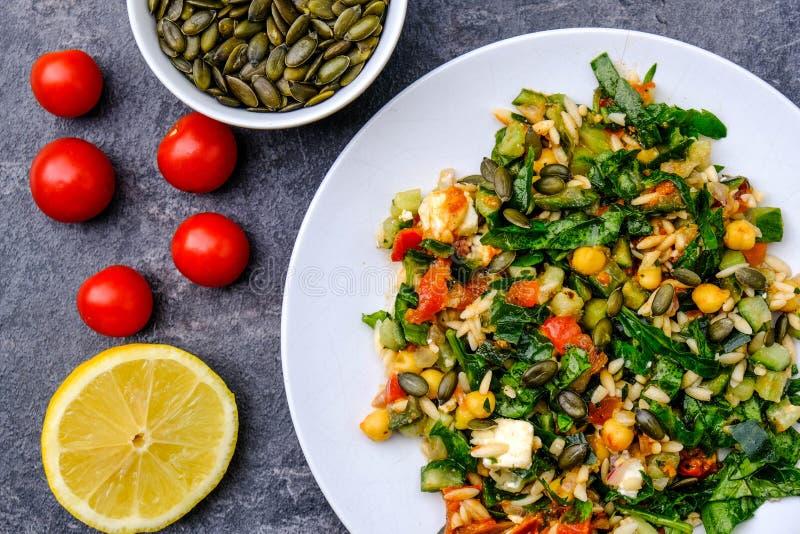 Salade de pâtes méditerranéenne saine d'Orzo photographie stock libre de droits
