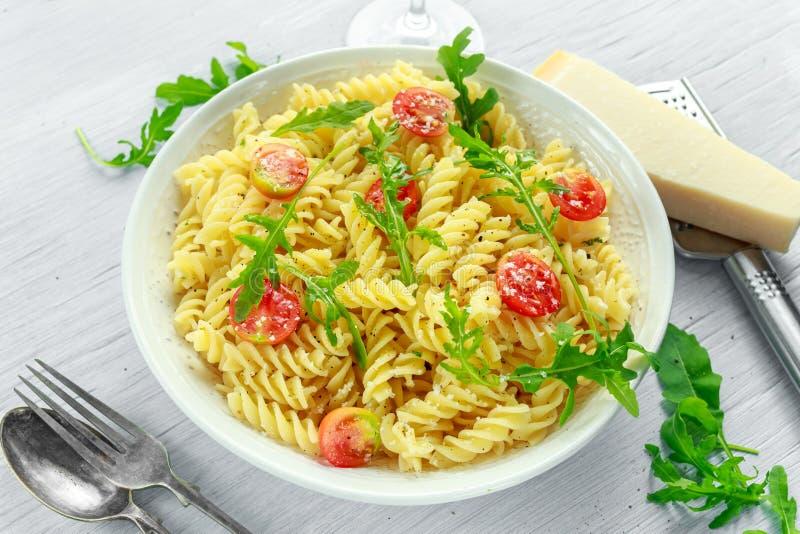 Salade de pâtes de rotini de fusée de citron avec les tomates-cerises et le parmesan image stock
