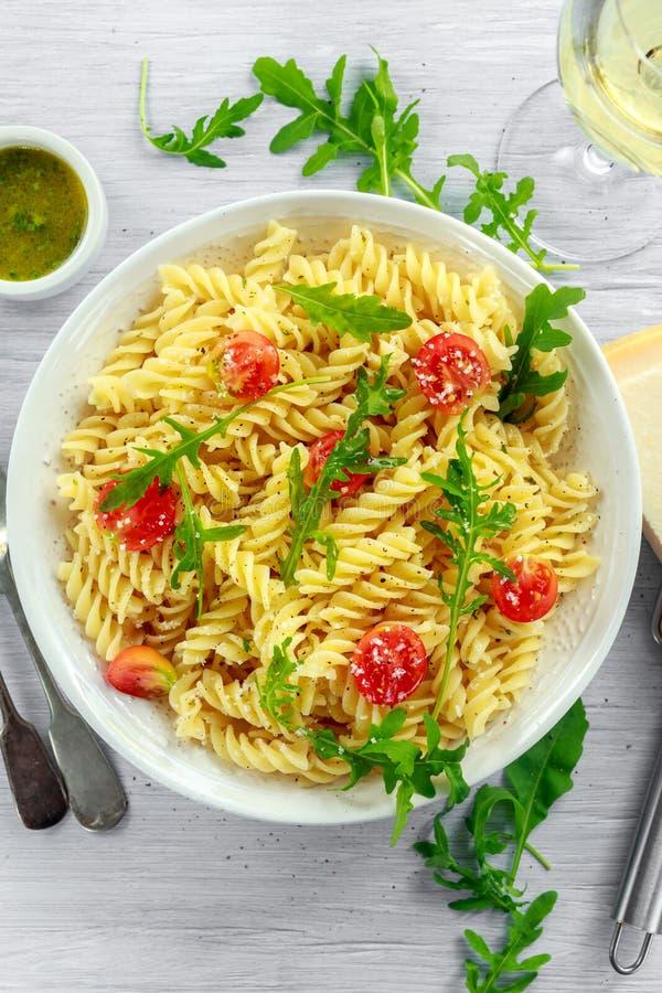 Salade de pâtes de rotini de fusée de citron avec les tomates-cerises et le parmesan photos libres de droits
