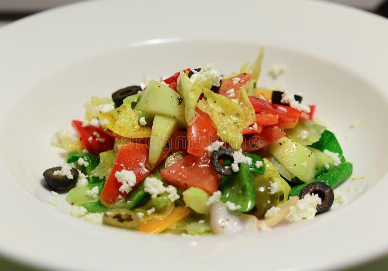 Salade de pâtes rouge de poivron de basilic d'avocat de feta d'olives photos stock