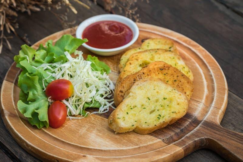 Salade de pain à l'ail et de légume sur la planche à découper en bois image stock