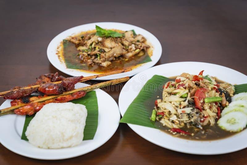 Salade de papaye avec le poulet grillé, salade grillée épicée de porc, Nam photographie stock libre de droits