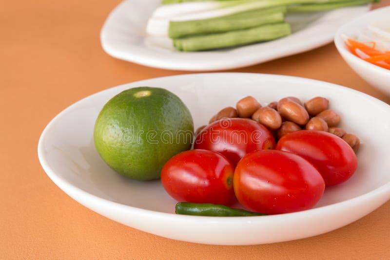 Salade de papaye - les tomates, le citron, ont rôti des arachides, photographie stock