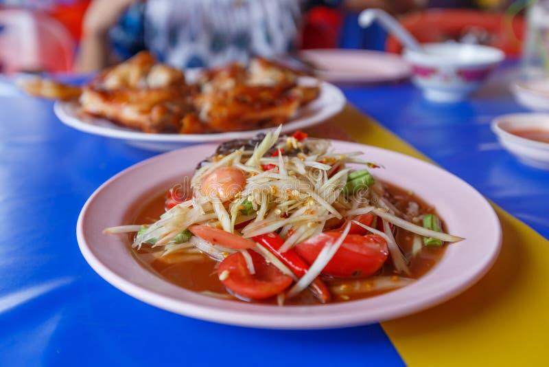 Salade de papaye sur la table, nourriture nationale de salade de la Thaïlande, de la papaye et de poulet grillé image libre de droits