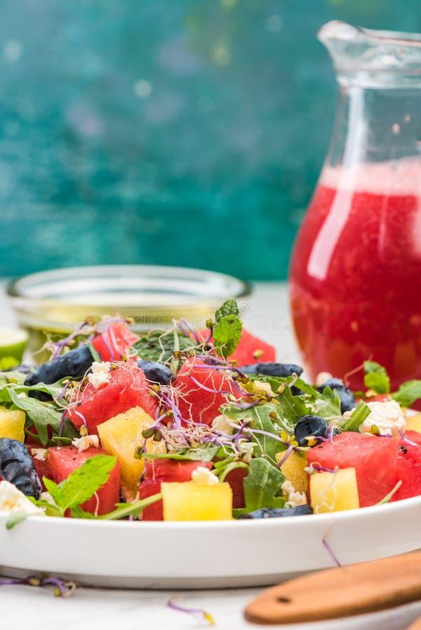 Salade de pastèque saine à la feta, accompagnée de smoothie de pastèque images libres de droits