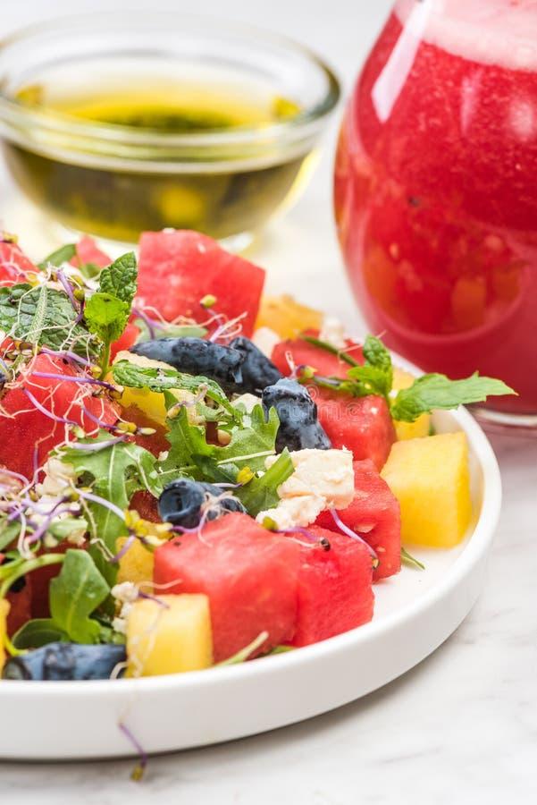 Salade de pastèque saine à la feta, accompagnée de smoothie de pastèque image stock