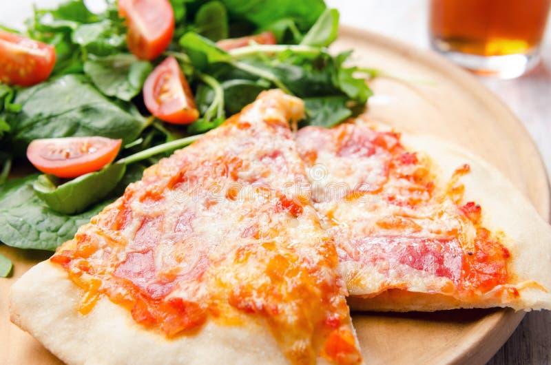 Salade de pizza et de côté images libres de droits