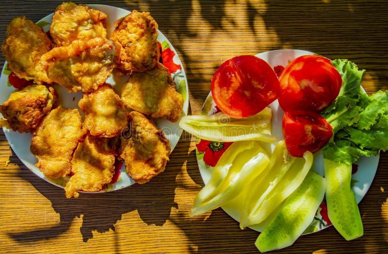 Salade de poisson et végétale grillée sur une table en bois photographie stock