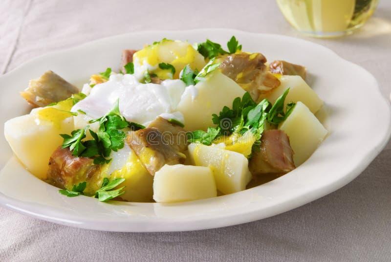 Salade de pomme de terre avec le maquereau fumé, le persil et la sauce à moutarde photo stock