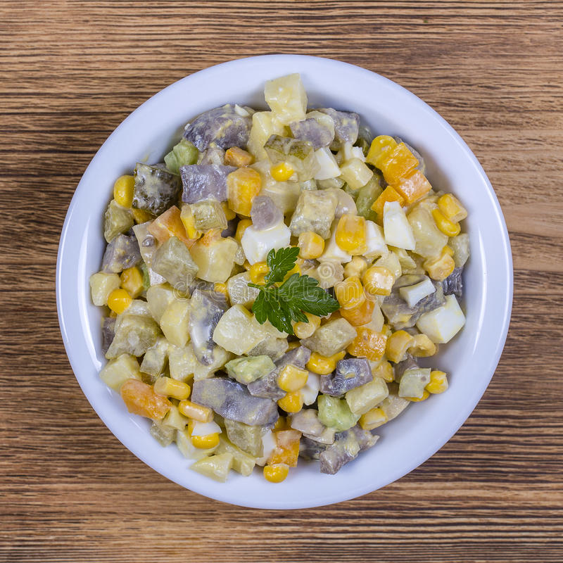 Salade de pomme de terre, de champignons, de concombre, d'oignon, de carotte et de maïs dans le plat Fin vers le haut photographie stock