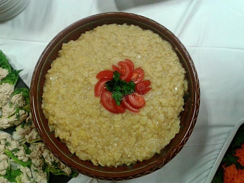 Salade de pomme de terre allemande avec l'écrimage de tomate photos libres de droits