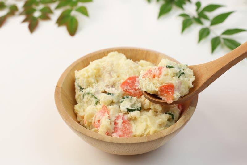 Salade de pomme de terre avec une carotte et le concombre images stock