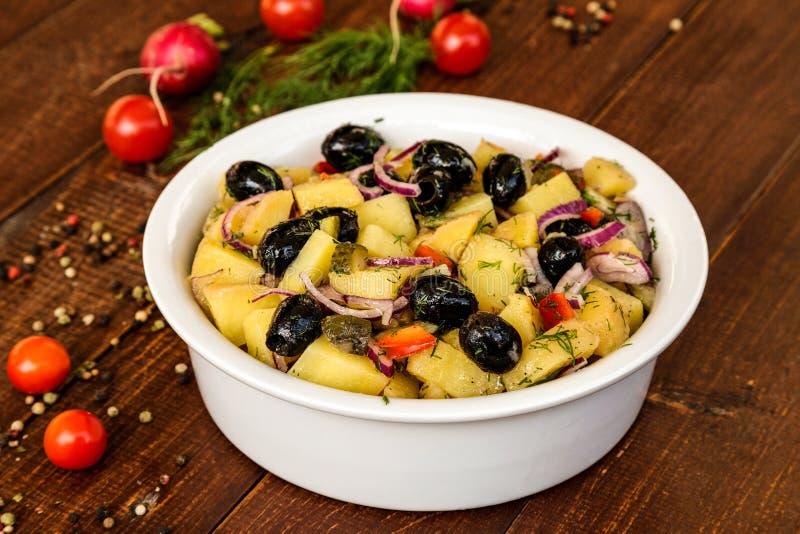 Salade de pomme de terre dans une cuvette blanche image stock