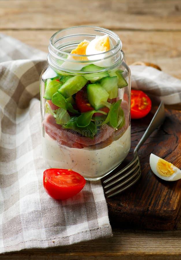Salade de pot de maison d'été photo libre de droits