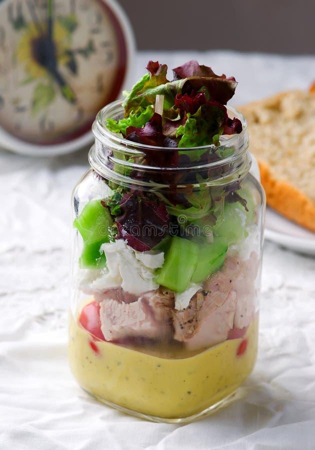 Salade de pot de maison d'été photo stock
