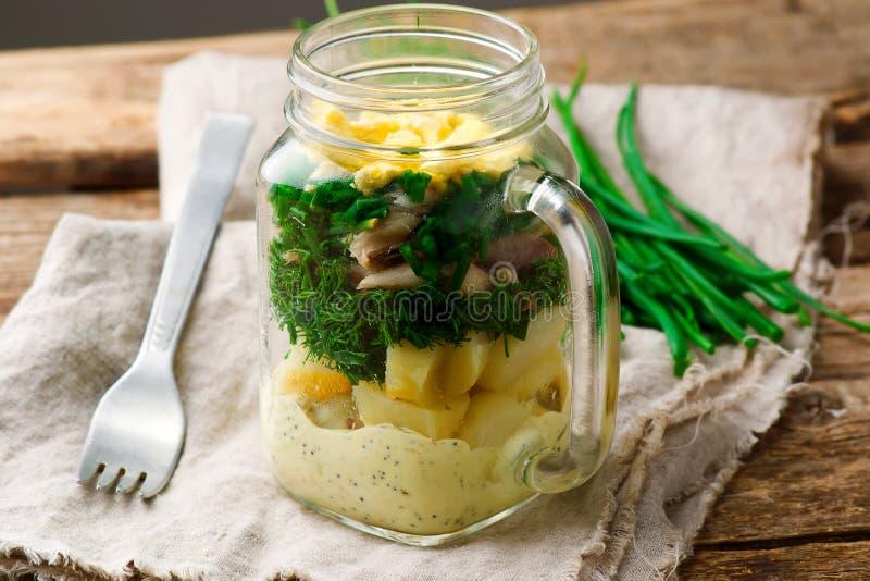 Salade de pot de maison d'été photographie stock