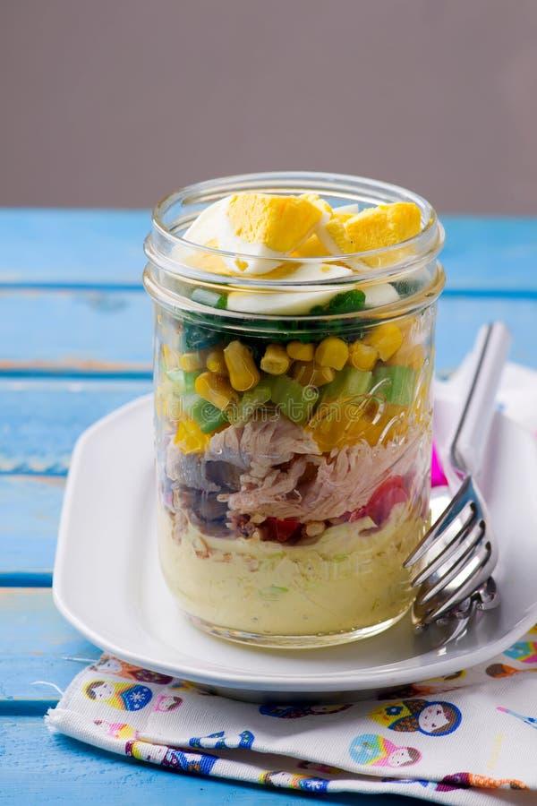 Salade de pot de maison d'été photographie stock libre de droits