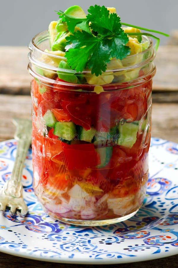 Salade de pot de maison d'été photos stock