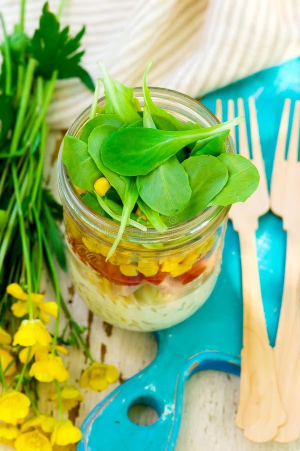 Salade de pot de maison d'été Lumière extérieure photos libres de droits
