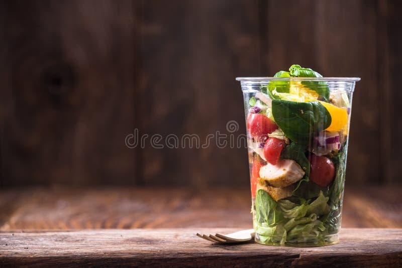 Salade de poulet et végétale, brunch sain image stock
