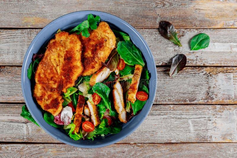 Salade de poulet grillée avec les légumes frais sur le vieux fond en bois images stock