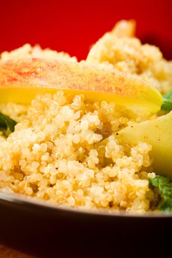 Salade de quinoa avec la pomme photographie stock libre de droits