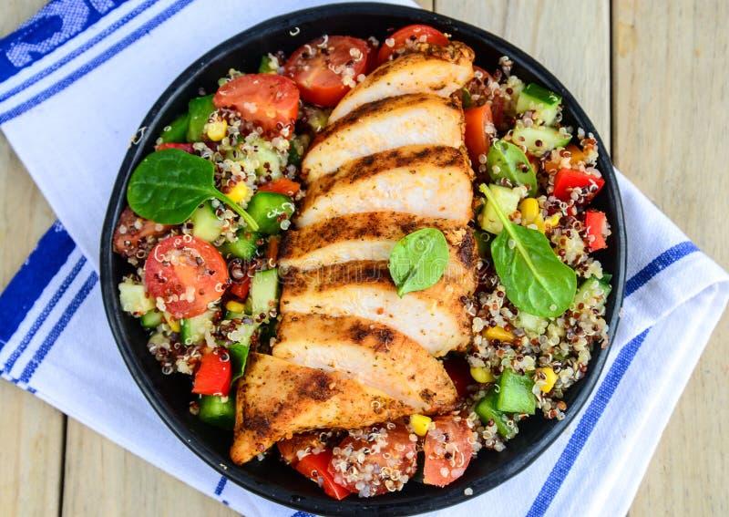 Salade de Qunioa avec le poulet grillé