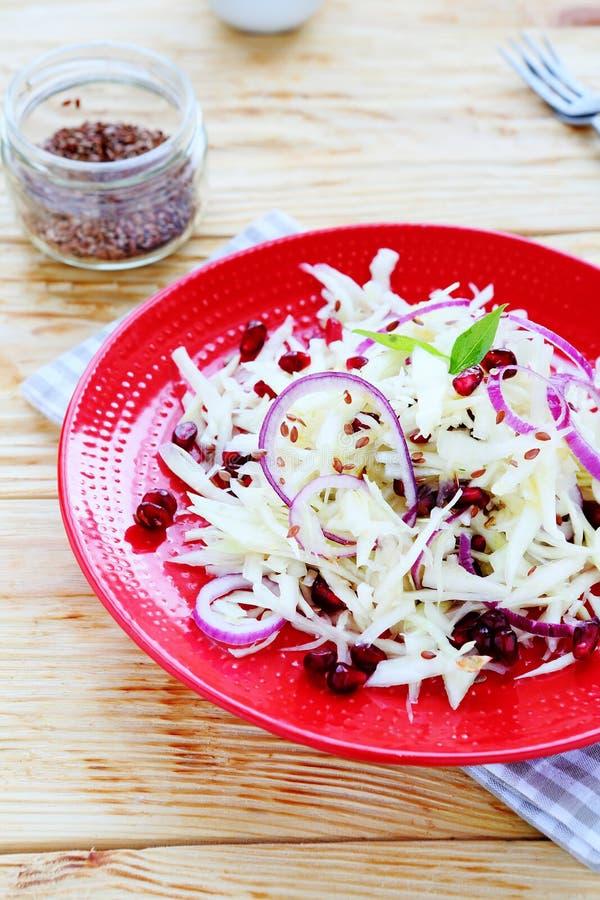 Salade de régime avec la grenade photographie stock libre de droits