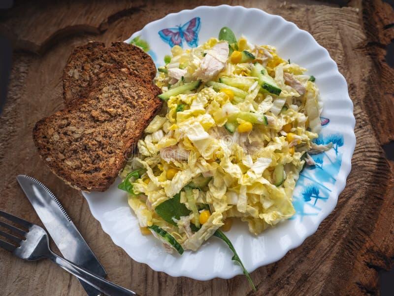 Salade de régime de chou de Pékin, poulet bouilli, maïs en boîte, concombres frais, verts d'un plat en céramique Plan rapproché photos libres de droits