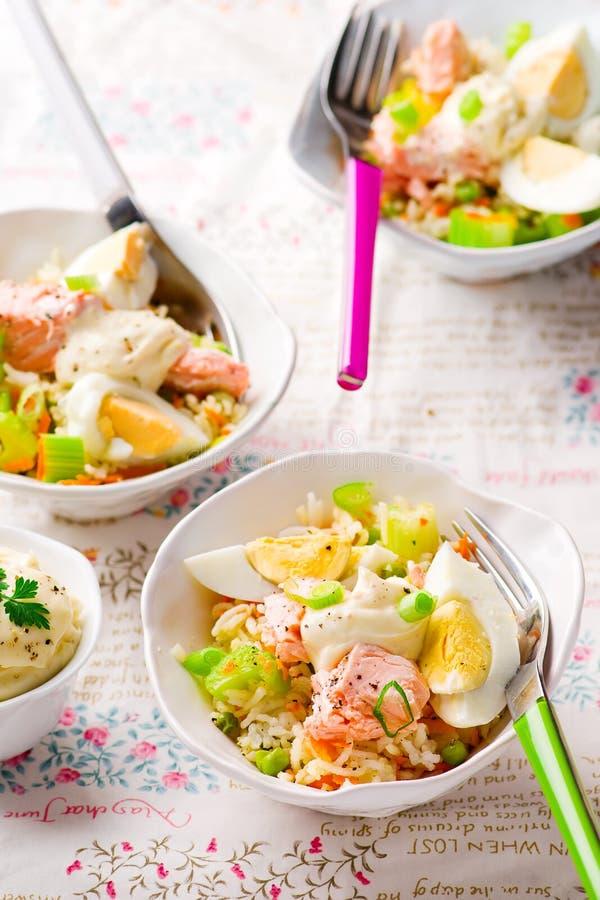 Salade de saumons et de riz photographie stock libre de droits