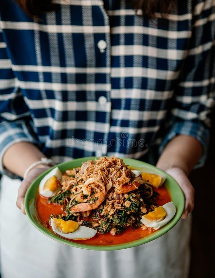 Salade de Seablite Seepweed avec la crevette et l'oeuf à la coque image stock