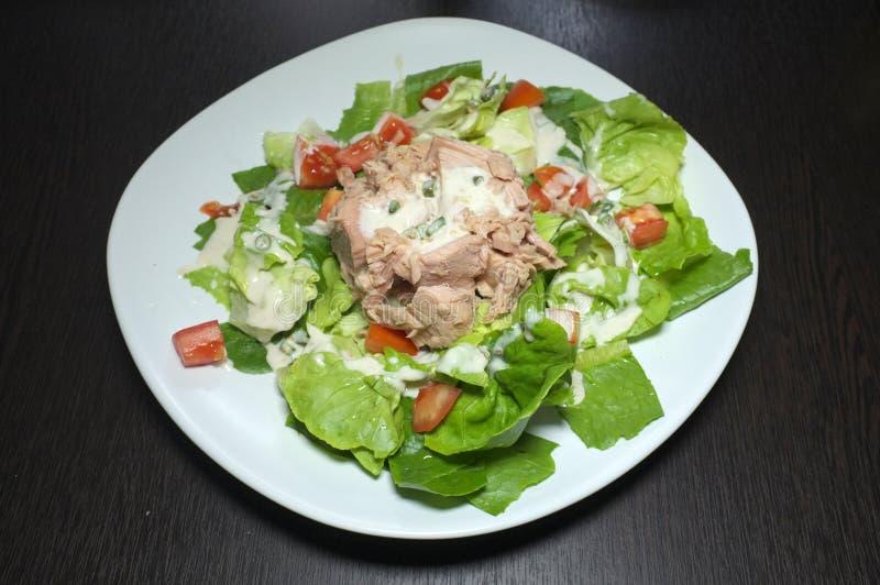 Salade de thon avec différents légumes sur le fond noir photo stock