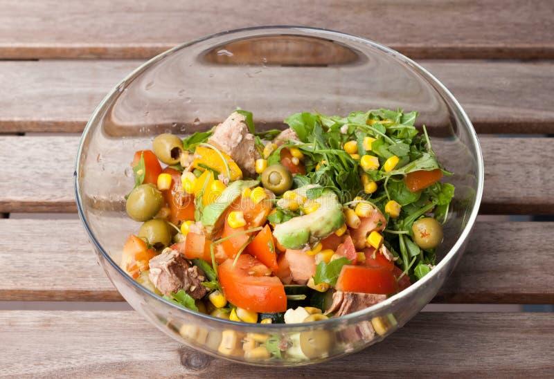 Salade de thon avec du maïs, fusée sauvage, tomates, concombres, avocat photographie stock libre de droits