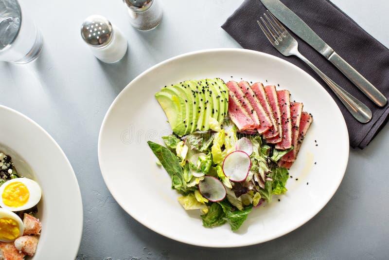 Salade de thon avec l'avocat coupé en tranches photos stock