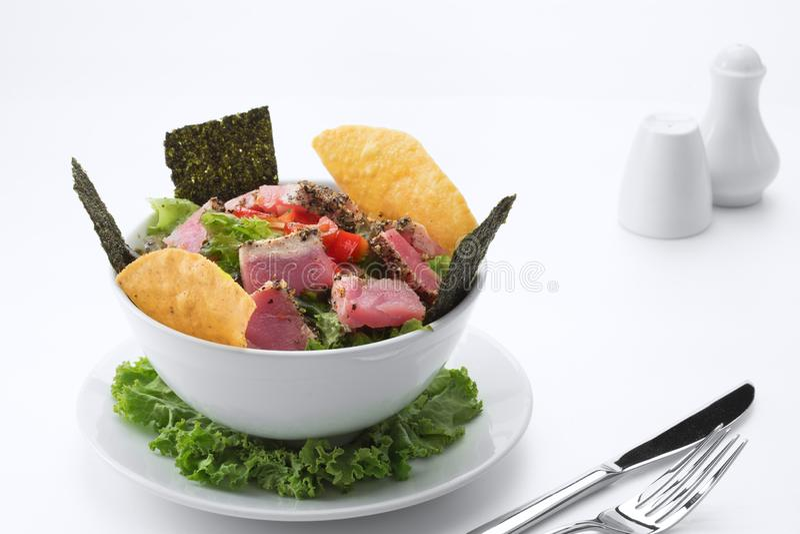 Salade de thon délicieuse fraîche bonne sur le dos blanc images stock