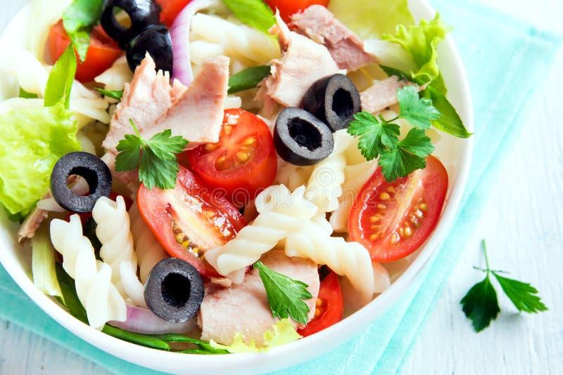 Salade de thon et de pâtes image libre de droits