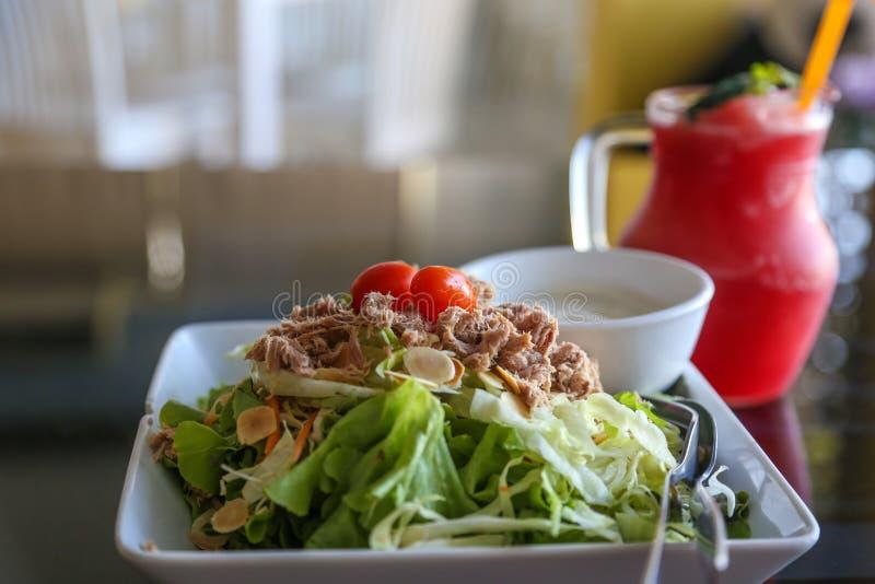 Salade de thon et jus de fruit photographie stock libre de droits