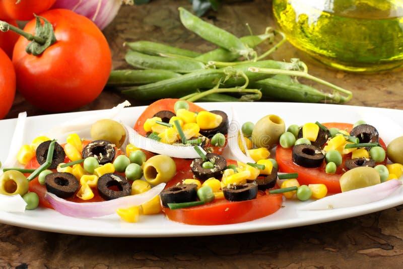 Salade de tomate, d'olives, de maïs et de becs d'ancre images stock