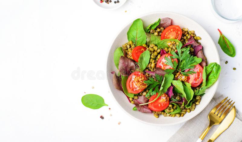 Salade de tomate Mung Bean Cherry, délicieuse cuisine végétarienne photo stock