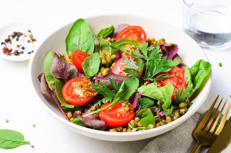 Salade de tomate Mung Bean Cherry, délicieuse cuisine végétarienne photographie stock