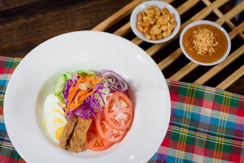 Salade de veggie de mélange avec de la sauce à arachide photo libre de droits