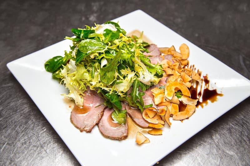salade de viande avec des verts photographie stock